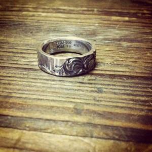 細鎚目と彫りのリング