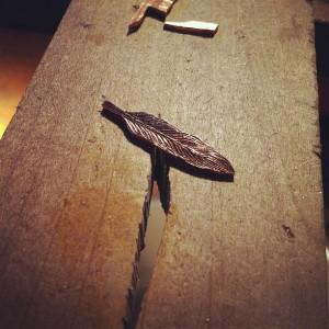 鏨の試し彫りで久々に羽根を毛彫り
