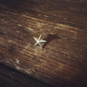 磨り出した星のピンバッジ