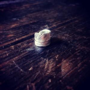 純銀手彫りのフェザーイヤーカフ