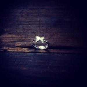 小さな蝶の指輪