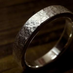 従来の石目よりも少しゴツゴツした表面のリングです。