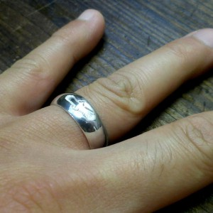 シンプルながら存在感のあるリングです。