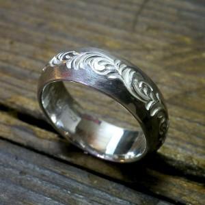 甲丸に手彫りをグルッと一周施したリングです