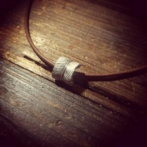 新作のフェザーリングネックレスはとても使い勝手がいいです。