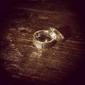 小指と小指の鎚目ペアリング