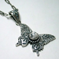 純銀手彫り唐草蝶ネックレス ホワイトバッファロー付き