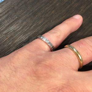 美しい細鎚目のリングです