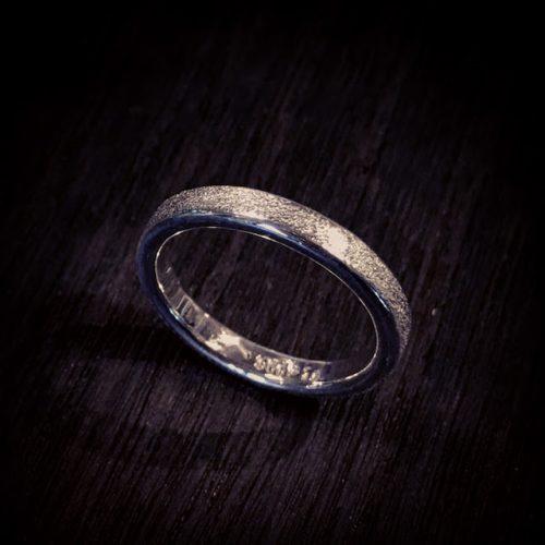 石目のリングは静かな美しさがあります