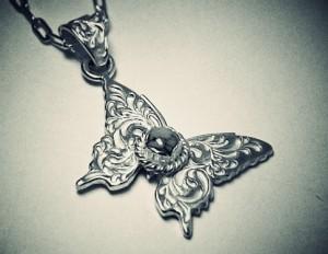 蝶ネックレス