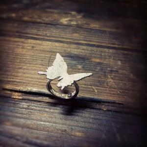 蝶が舞うリング
