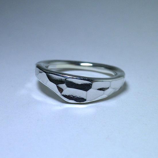 鎚目の美しい形のリング