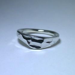 シンプルな鎚目のリング
