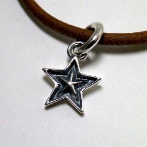 小さな星形ペンダントです