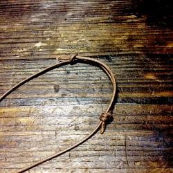 二つの結び目を移動させて長さを調節出来ます