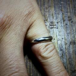 緩やかなカーブが指にフィットします